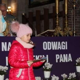 Parafia Kościoła Rzymsko Katolickiego pw. śś. Piotra i Pawła w Kruszwicy - Uroczyste poświęcenie medalików i książeczek kl.III